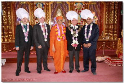 Acharya Swamishree with the honoured guests