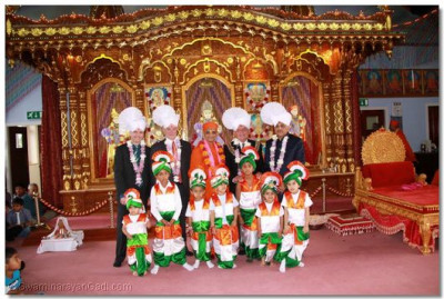 Acharya Swamishree with the honoured guests and young disciples