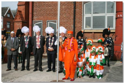 Acharya Swamishree and guests prepare to raise the Indian national flag