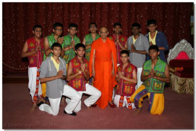 His Divine Holiness Acharya Swamishree gives darshan with the disciples who performed the Dance