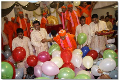 Sants and disciples also celebrate Acharya Swamishree's 69th birthday