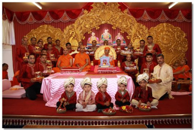 His Divine Holiness Acharya Swamishree gives darshan with the disciples who are the benefactors of the Vachnamrut scripture recitials