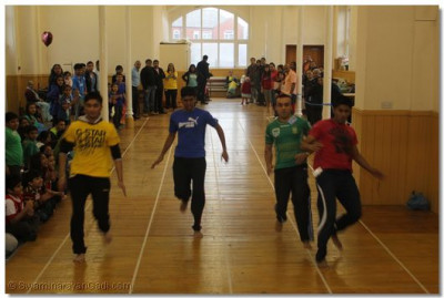 One participant from each team having a sprint.