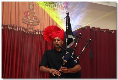 Solo Piper pleasing Lord Swaminarayan