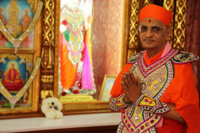 Divine darshan of His Divine Holiness Acharya Swamishree inside Shree Swaminarayan Mandir Bolton