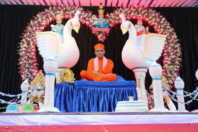 Diivne darshan of His Divine Holiness Acharya Swamishree seated on the grand stage