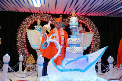 Divine darshan of His Divine Holiness Acharya Swamishree with the magnificent swan holding the celebratory cakes