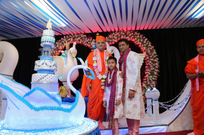 His Divine Holiness Acharya Swamishree blesses disciples who have sponsored the evening celebrations