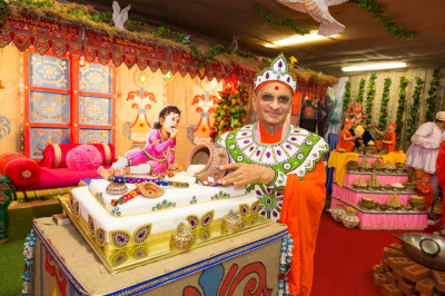 Divine darshan of Acharya Swamishree with Lord Shree Swaminarayan feasting on freshly churned butter as a young adorable child