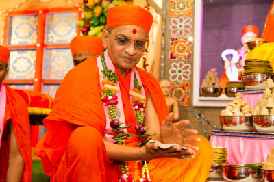 His Divine Holiness Acharya Swamishree rolls a 'rotlo'