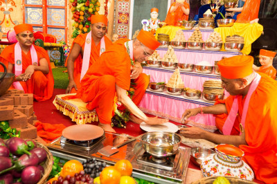 His Divine Holiness Acharya Swamishree cooks a 'rotlo'