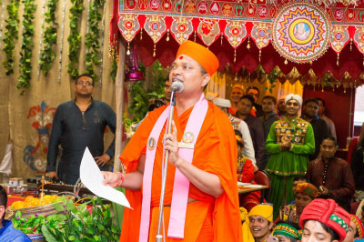 Sant Shiromani Shree Gurupriyadasji Swami is the master of ceremonies for the festival programme