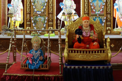 Divine darshan of Jeevanpran Shree Abji Bapashree and Jeevanpran Shree Muktajeevan Swamibapa