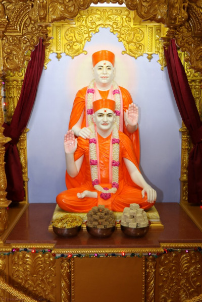 Divine darshan of Shree Muktajeevan Swamibapa and His Divine Holiness Acharya Swamishree
