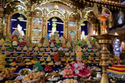 Divine darshan of Lord Shree Swaminarayan, Jeevanpran Shree Bapashree and Jeevanpran Shree Muktajeevan Swamibapa dining on the magnificent annakut
