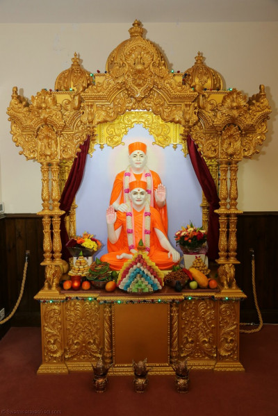 Divine darshan of Shree Muktajeevan Swamibapa and His Divine Holiness Achayra Swamishree Maharaj dining on the annakut