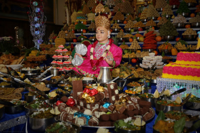 Divine darshan of Lord Shree Swaminarayan dining on the magnificent annakut