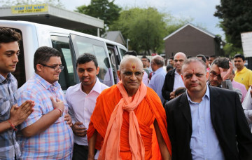 Acharya Swamishree arrives at Shree Swaminarayan Mandir Bolton