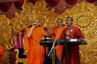Sants and disciples  perform devotional songs during the evening concert