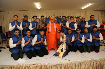 His Divine Holiness Acharya Swamishree blesses all disciples who took part in the evening raas devotional song performances
