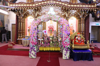 Divine darshan of Lord Shree Swaminarayan, Jeevanpran Shree Abji Bapashree &  Jeevanpran Shree Muktajeevan Swamibapa