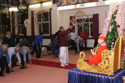 Maharaj Performs Aarti