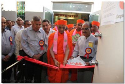 Acharya Swamishree inaugurates the blood drive that took place on day 2 of the Mahotsav