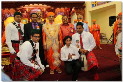 Divine darshan of Acharya Swamishree with disciples