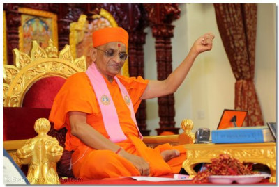 Acharya Swamishree showers His divine blessings upon the entire congregation