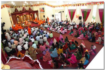 Hundreds of people had gathered to listen to Acharya Swamishree's blessings