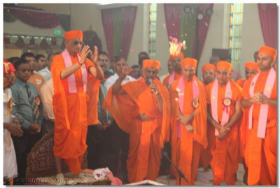Acharya Swamishree completes the Praan Pratishtha ceremony for the installation of the divine idols