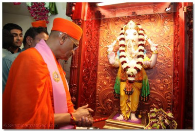 Acharya Swamishree adorned Shree Ganesh in a flower garland as well to install His idol in the temple