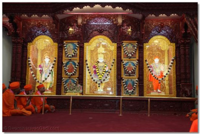 The divine darshan of the newly-installed murtis of Lord Swaminarayanbapa Swamibapa after the Lord humbly accepted everyone's prayers