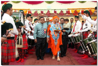 Acharya Swamishree is pleased with the efforts of members of Swamibapa Pipe Band, who took the cross-country journey from New Jersey to California to please Lord Swaminarayanbapa Swamibapa