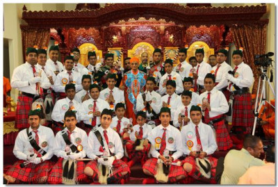 Swamibapa Pipe Band, after receiving a special momento, receives blessings from Acharya Swamishree