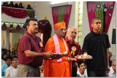 Acharya Swamishree and disciples perform aarti to Lord Swaminarayanbapa Swamibapa for the first-ever annkut at the temple