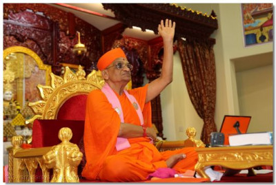Acharya Swamishree showers disciples with His divine blessings