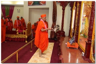 His Divine Holiness Acharya Swamishree performs Aarti of Lord Shree Swaminarayan
