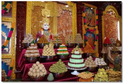 Grand Annakut offered to Lord Shree Swaminarayan