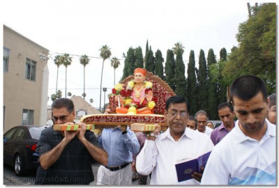 Devotees carrying Gururaj Jeevanpran Shree Muktajeevan Swamibapa on a palanquin into LA Mandir