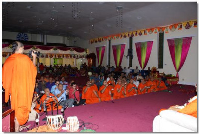 Devotees and Sants performing Grand Aarti
