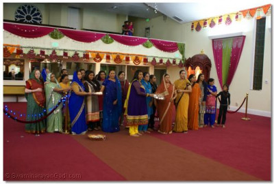 Disciples performed aarti at the end of dhoon