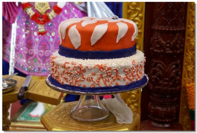 Delicious Cake offered to Gurudev Jeevanpran Shree Muktjeevan Swamibapa