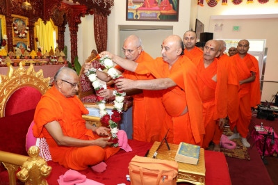 Sant mandal offering garland to HDH Acharya Swamishree