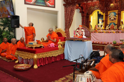 HDH Acharya Swamishree showering his blessings to congregation