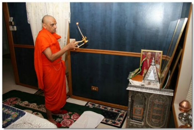 Acharya Swamishree performs Mangla Aarti in the home of a disciple