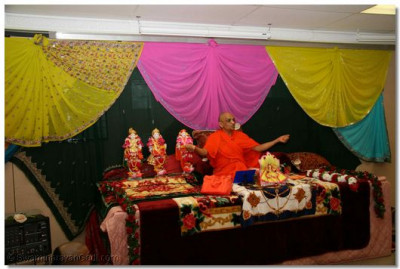 Acharya Swamishree showers His divine blessings upon the congregation that had gathered in Chicago