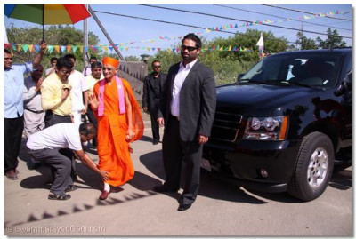Acharya Swamishree arrives at the temple site