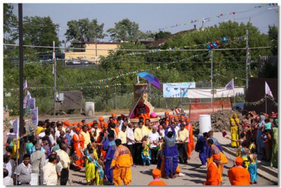 Sants and many disciples had gathered for Swamishree�s arrival
