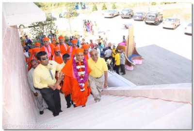 Acharya Swamishree walks up the temple�s front steps